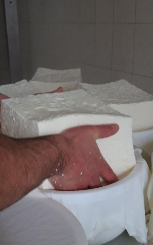 Le fromage est placé dans le moule