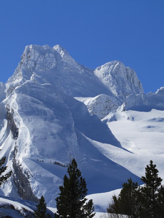 Paisaje de montaña con nieve en la estación de Somport
