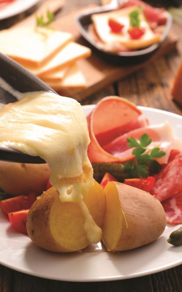 Raclette de queso fundido con embutidos