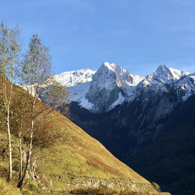 Randonnées dans un paysage de montagne en vallée d'Aspe, Pyrénénées Béarnaises