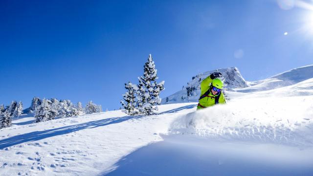 Skieur sur les pistes de la station de ski de la Pierre Saint-Martin, Pyrénées Béarnasies