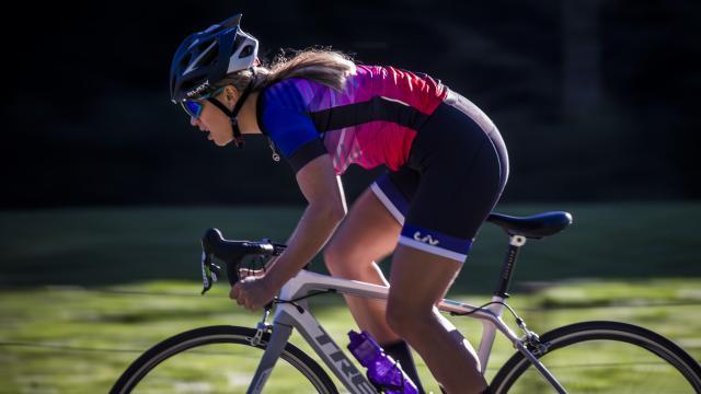 Vélo sur les routes des cols des Pyrénées Béarnaises, cycliste Camille Deligny