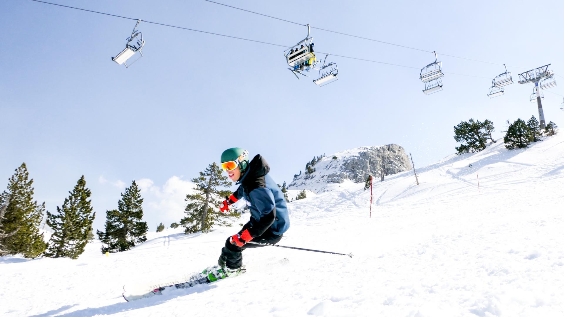 Skieur en descente sous les télésièges à la station de la Pierre Saint-Martin, Pyrénées Béarnaises (neige)