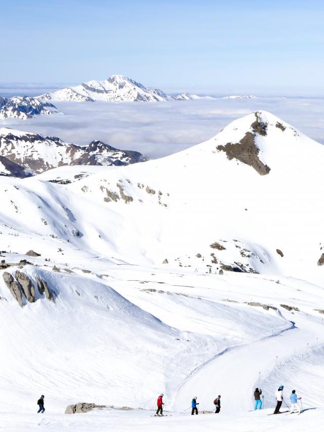 Skieurs à la station de ski de la Pierre Saint-Martin en Pyrénées Béarnaises (pic enneigé, montagne, vacances)