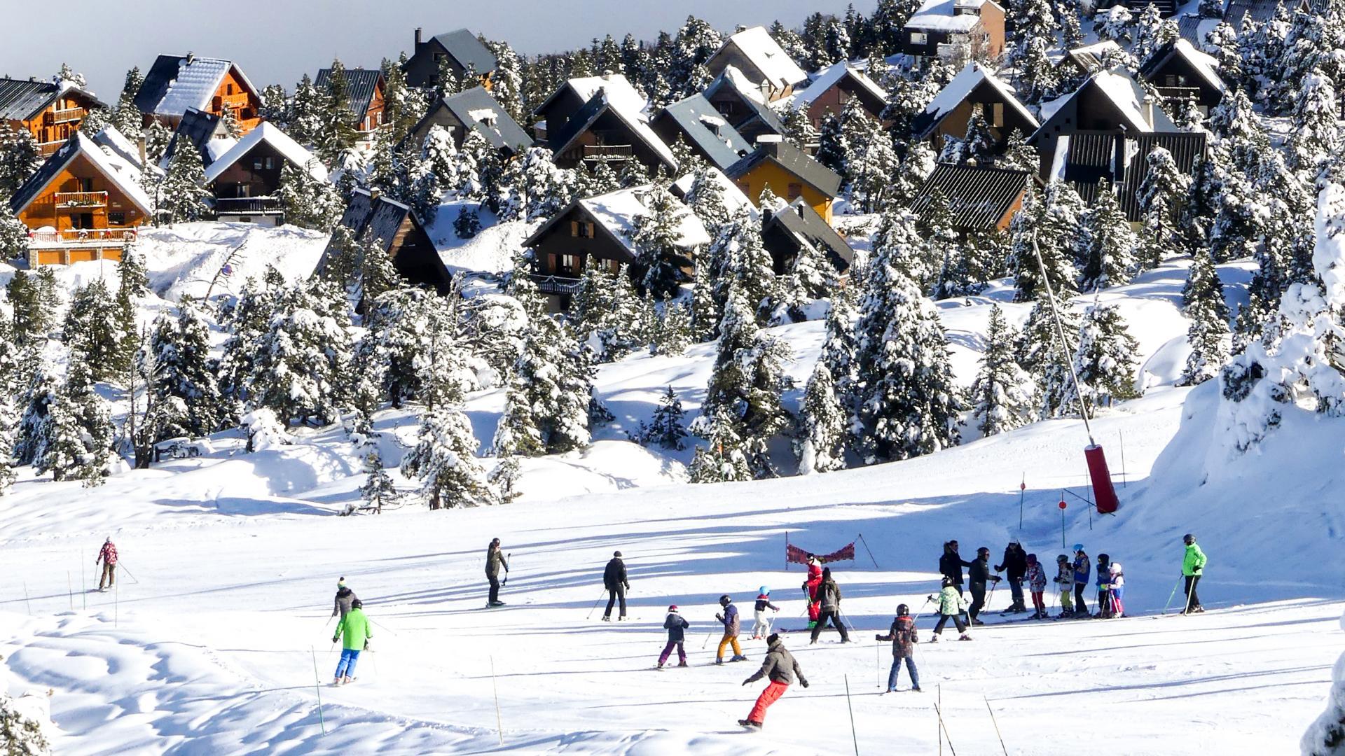 Village de chalets et skieurs à La Pierre Saint-Martin