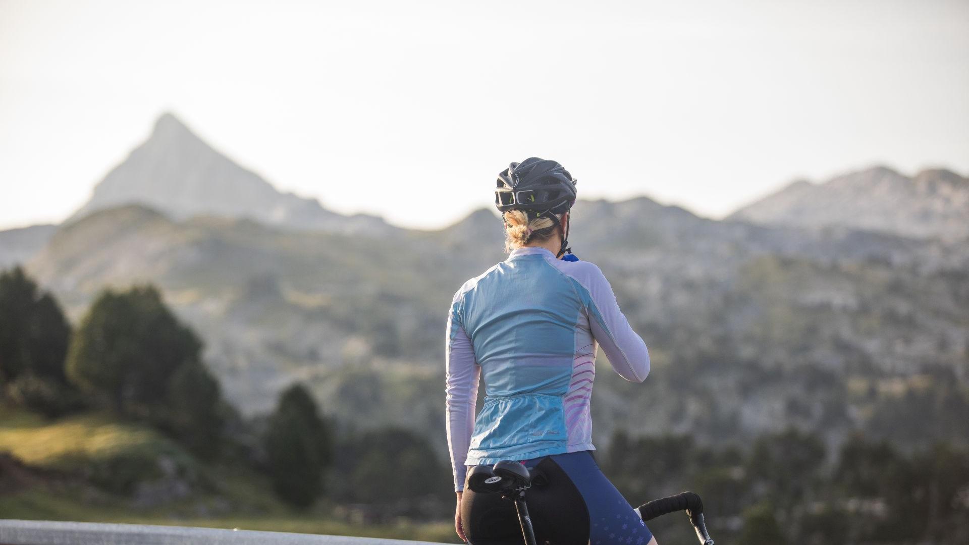 La championne vélo Camille Deligny face au Pic d'Anie (Pyrénées béarnaises)