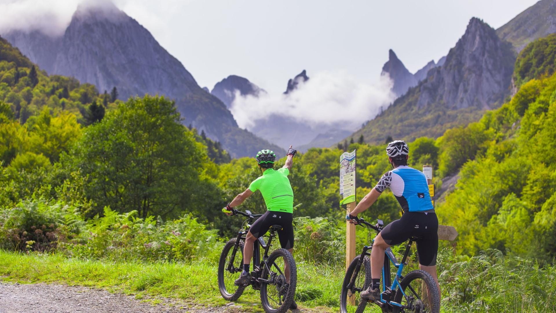 Randonnée en vélo à assistance électrique en Pyrénées béarnaises dans le cirque de Lescun