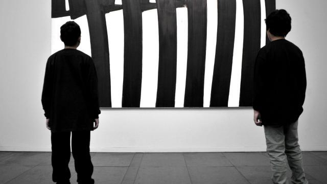 Enfants devant une oeuvre de Pierre Soulages