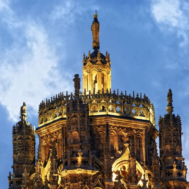 Clocher illuminé de la cathedrale de Rodez