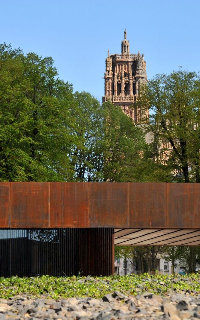 Vue sur le clocher de la cathédrale de Rodez depuis le musée Soulages