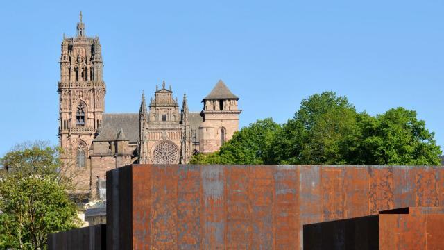 Vue du musée Soulages avec la cathédrale de Rodez en fond