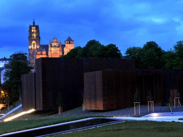 Vue de nuit du musée Soulages et de la cathédrale de Rodez