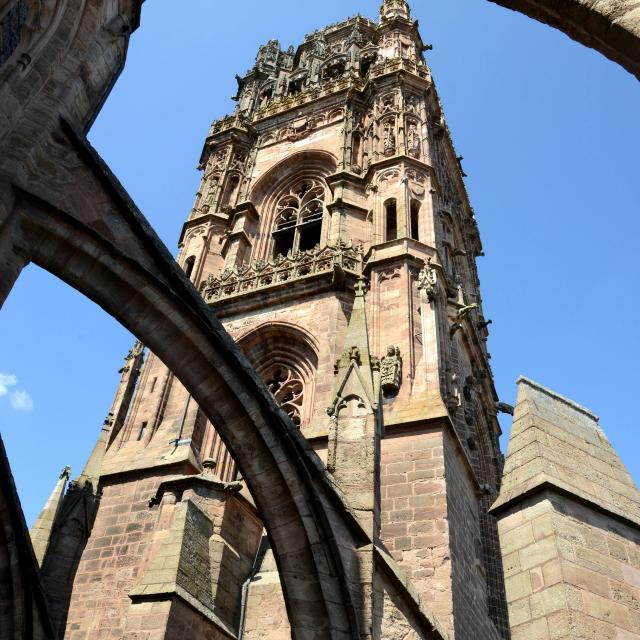 Vue des terrasses sur le clocher de la cathédrale de Rodez