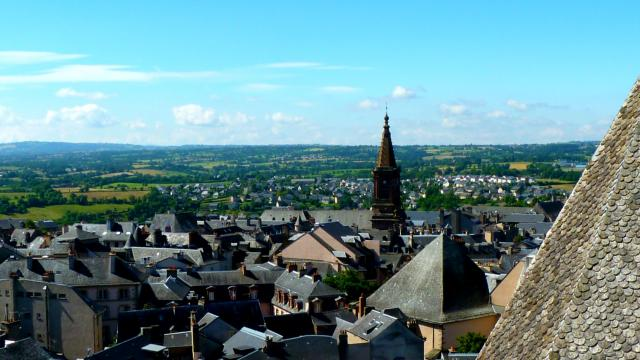 Ardoises du toit de la cathédrale de Rodez et vue sur Saint-Amans