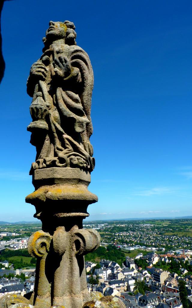Ange de la cathédrale de Rodez avec vue sur l'agglomération