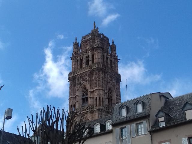 Vue sur le clocher de la cathédrale depuis la place de la Cité à Rodez