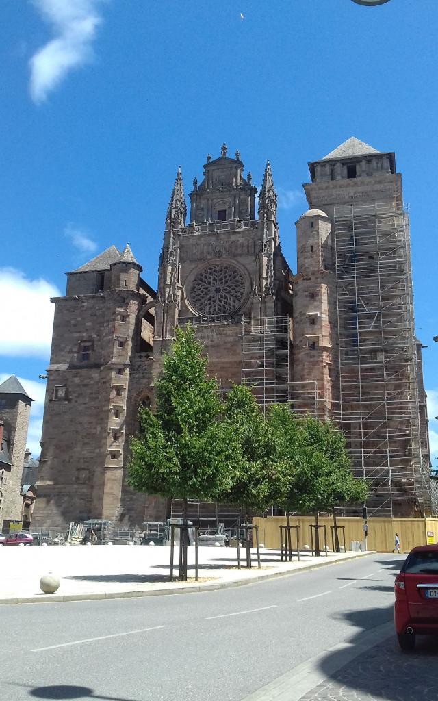 Vue sur la façade de la cathédrale en travaux depuis le Café Broussy à Rodez