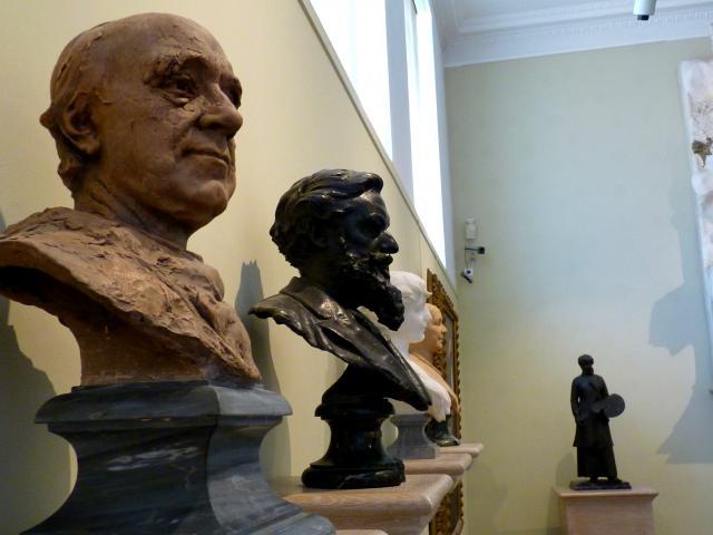 Bustes sculptés exposés au musée Denys-Puech