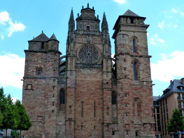 Façade de la cathédrale de grès rose