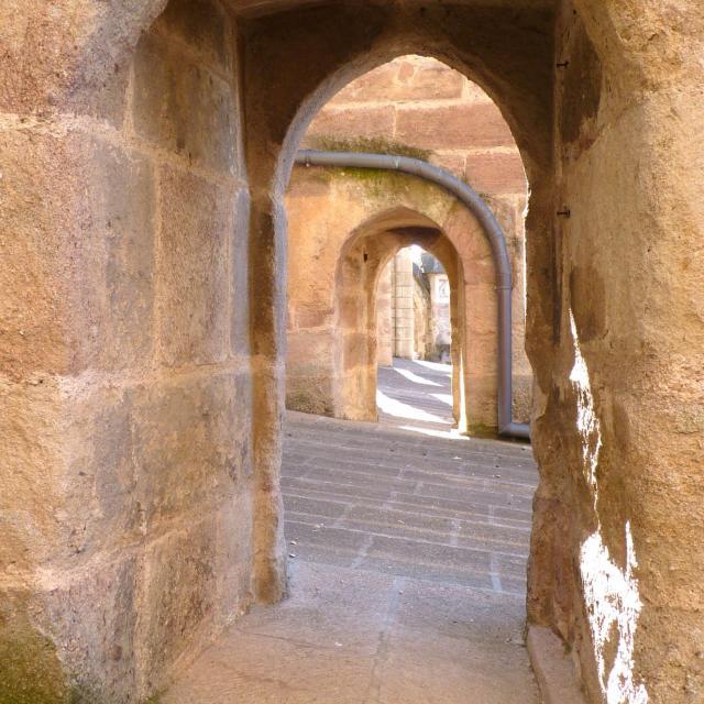 Passage sous les arcs-boutants de la cathédrale