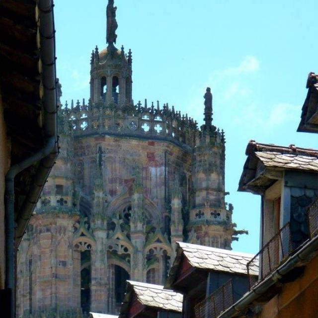 Vue sur le clocher de la cathédrale depuis une ruelle de Rodez