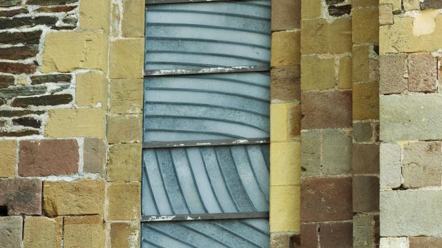 Vitrail de l'abbaye de Conques créé par Soulages
