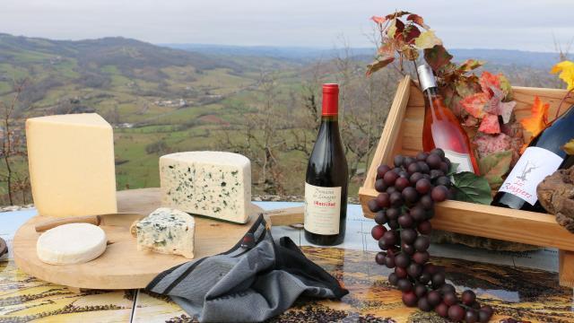 Des spécialités aveyronnaises : Laguiole, Roquefort, Bleu des Causses, Vin de Marcillac