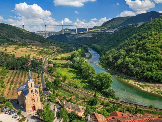 Village de Peyre et sa vue sur le viaduc de Millau