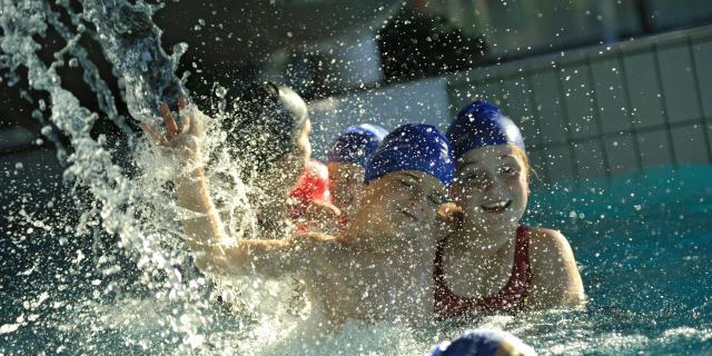 Enfants à la piscine Aquavallon de Rodez