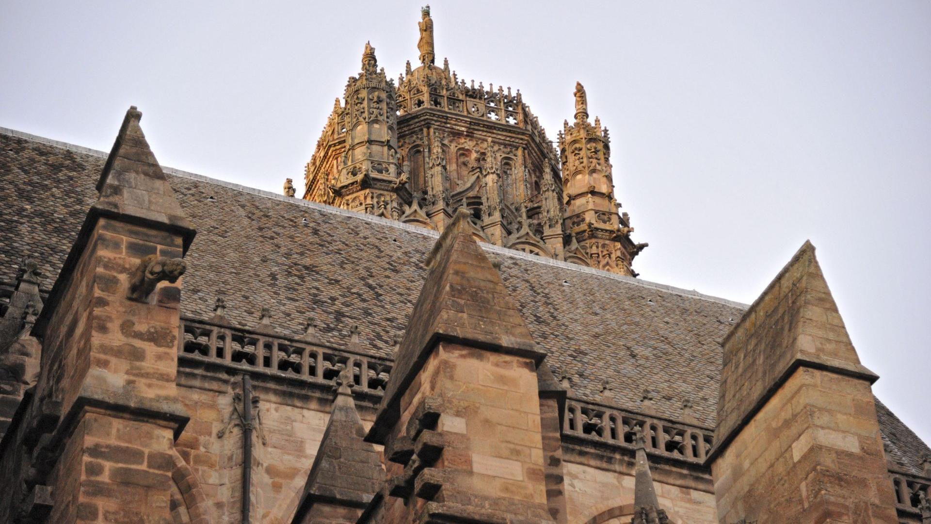 Vue croisée du clocher et du toit de la cathédrale de Rodez