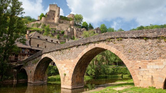 Vue sur le pont et le château de Belcastel