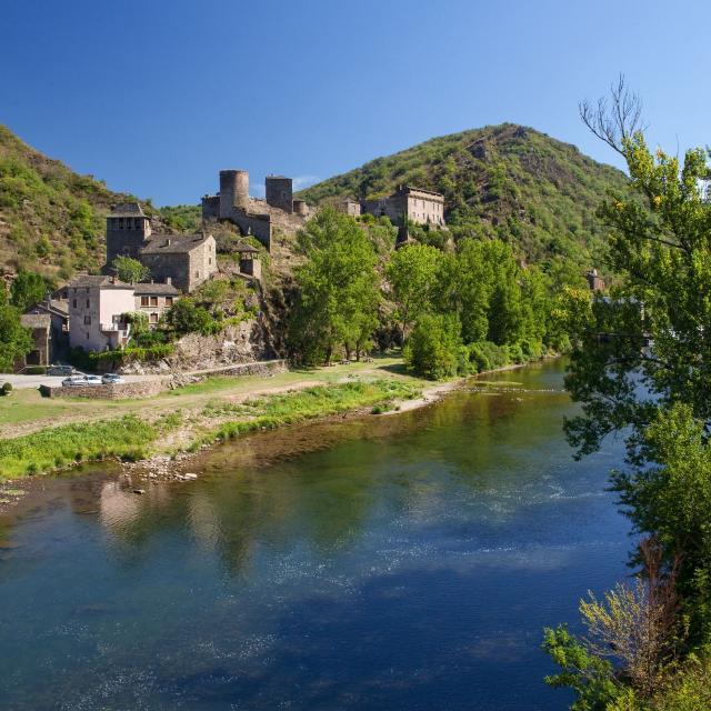 Brousse-le-Château au bord de la rivière