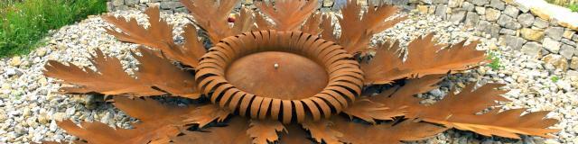 Cardabelle en fer sur un giratoire de Sébazac-Concourès
