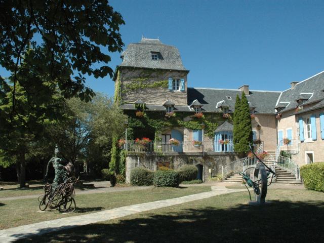 Sculpures en fer devant la mairie de Sébazac-Concourès