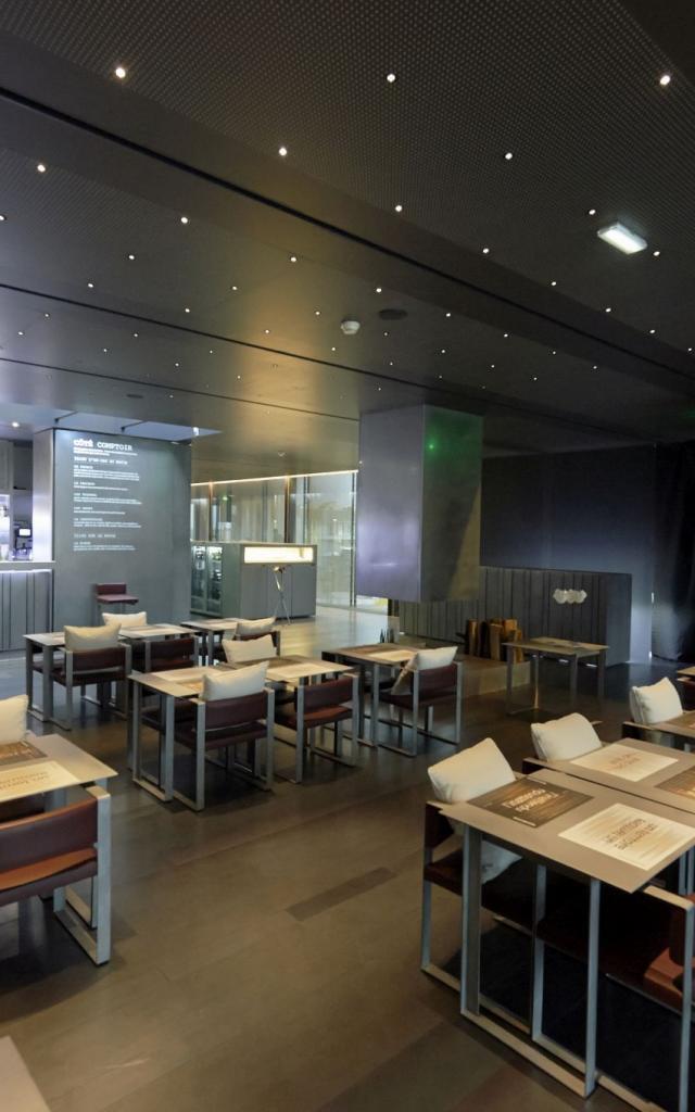 Salle de restaurant du Café Bras
