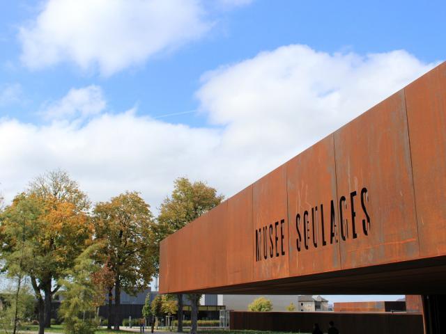 Le musée Soulages dans un jardin