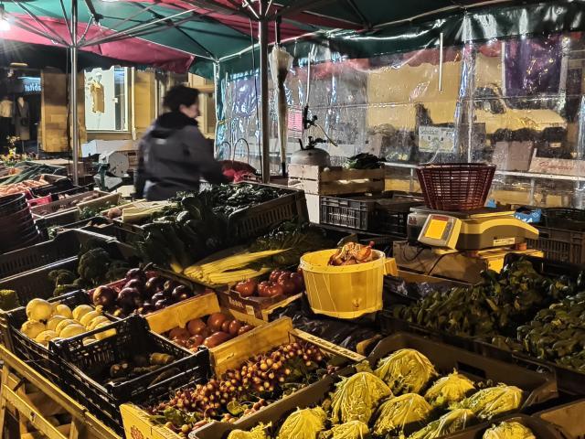 Etals de légumes au marché