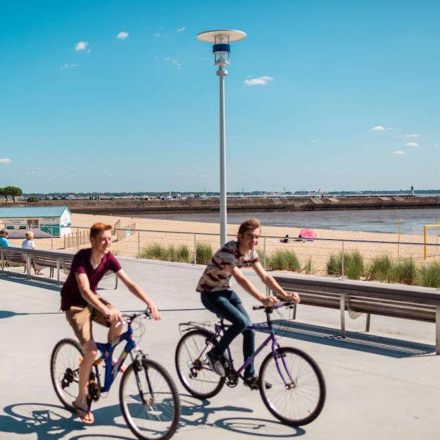 Front De Mer jeunes à vélo