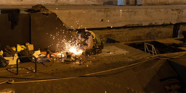 Remplacement d'un élément de pont sur le sous-marin Espadon dans le cadre du chantier de restauration