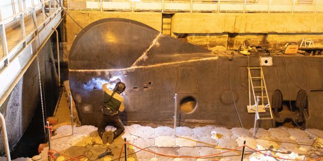 Soudure à la proue du sous-marin Espadon pour le carénage dans le cadre du chantier de restauration