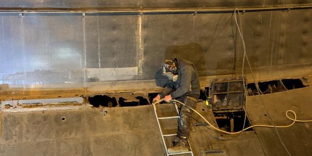 Carénage de la coque du sous-marin Espadon par les salariés du Chantier de l'Esclain.
