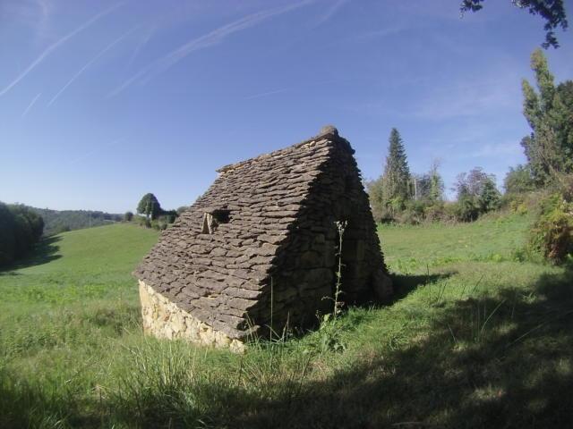 Détail du toit de lauze d'une cabane en pierres sèches