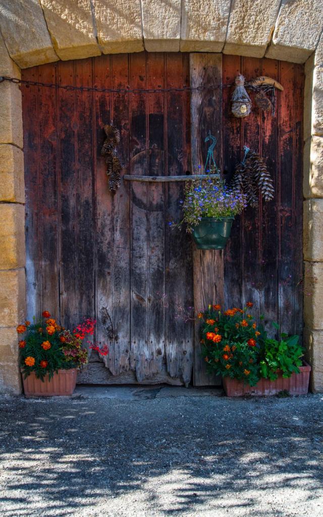 Porte ancienne dans le village de Saint-Vincent de Cosse