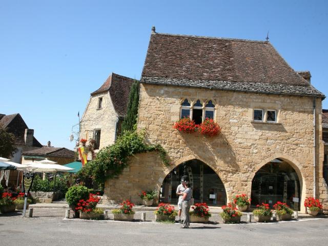Place de la Rode à Domme, sur la vallée de la Dordogne
