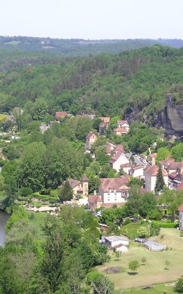 Vue aérienne sur le village des Eyzies, vallée de la Vézère