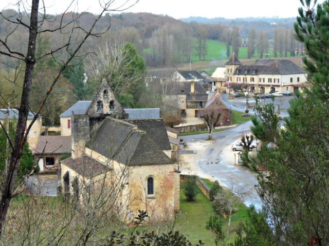 Vue sur le village de Sainte-Nathalène, dans la vallée de l'Enéa