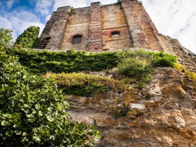 Vue sur le château depuis les rues du village de Turenne