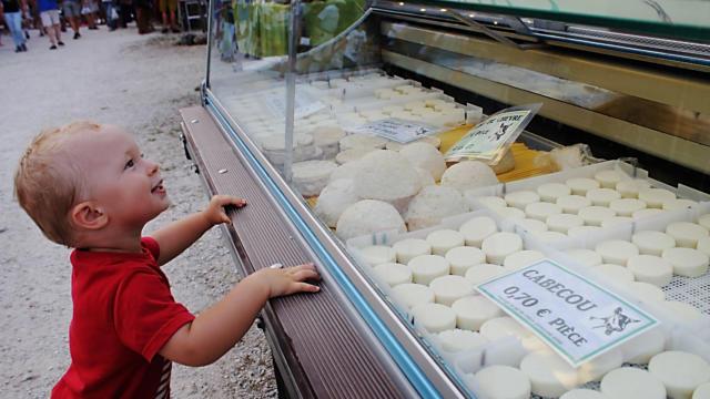 Stand de cabécous sur un marché nocturne du Périgord