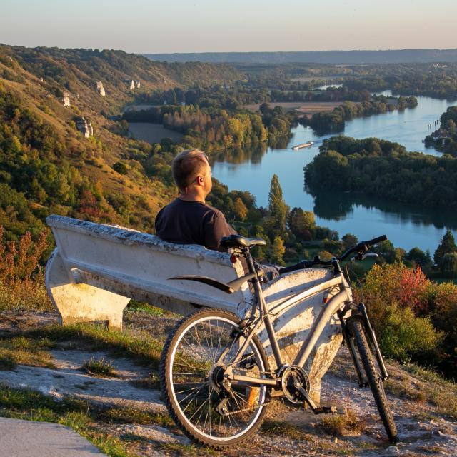 Halte contemplative sur les coteaux face aux panorama de la vallée de la Seine