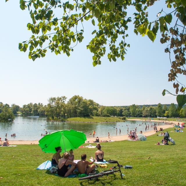 Plage surveillée au au lac des Deux Amants, sur la base de loisirs de Léry-Poses en Normandie